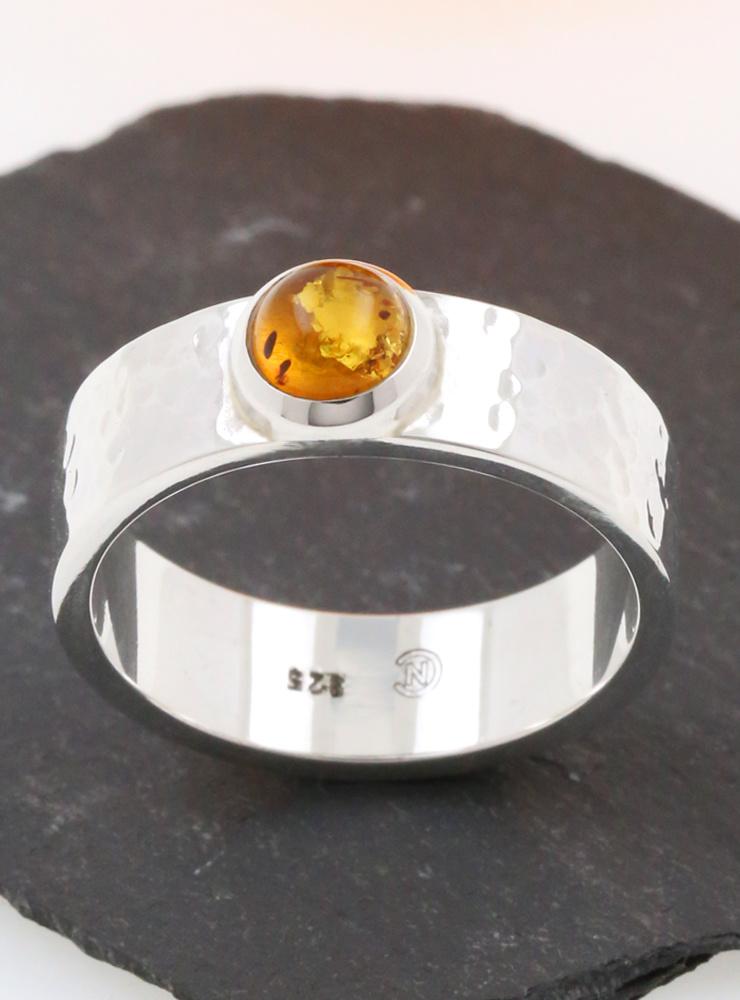 Hammerschlag: handgemachter Ring aus 925er Silber und Bernstein Cabochon
