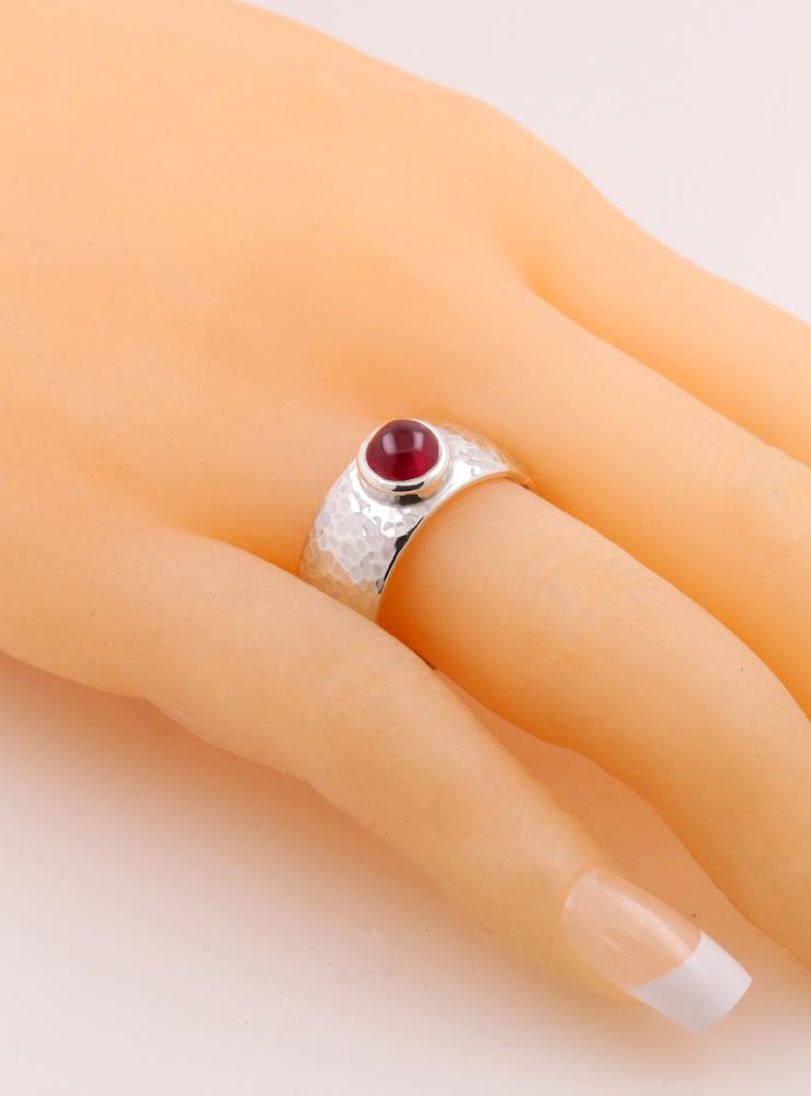 King Arthur: handgemachter Ring aus 925er Silber und Rubin Cabochon