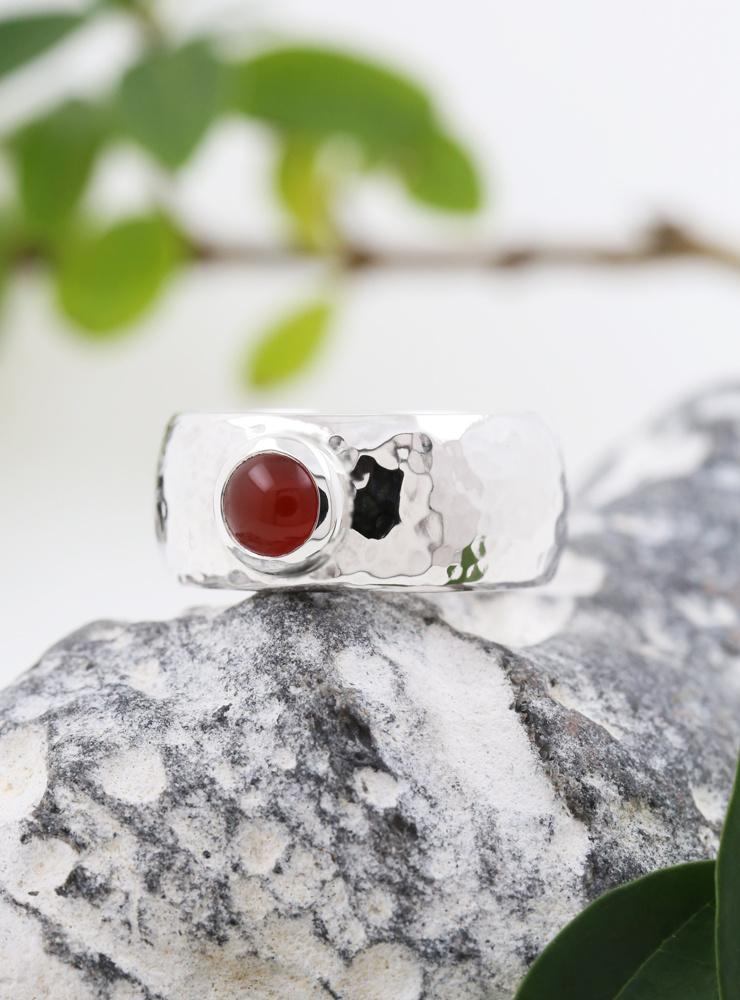King Arthur: handgemachter Ring aus 925er Silber und Carneol Cabochon
