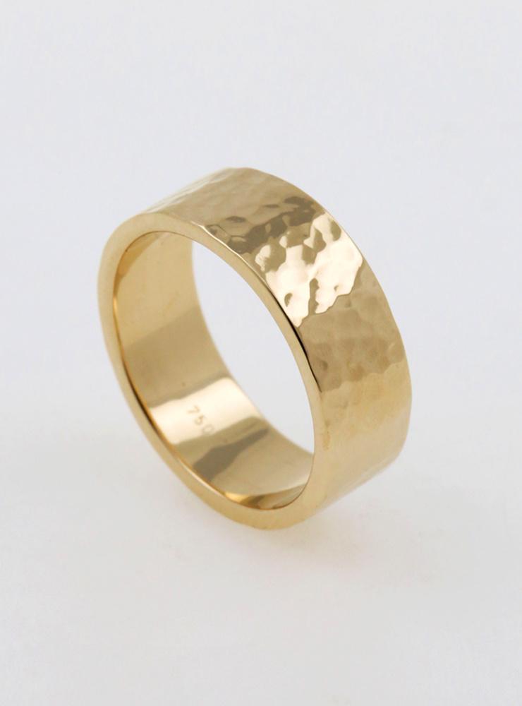Hammerschlag: Handgeschmiedeter Ehering aus 750er Gelbgold