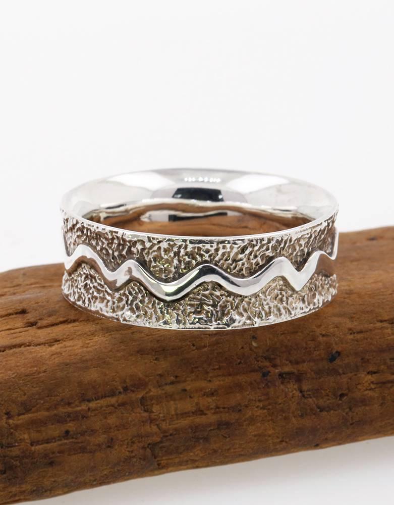 Das Leben ist ein Fluss: Handgemachter Ehering aus 925er Silber