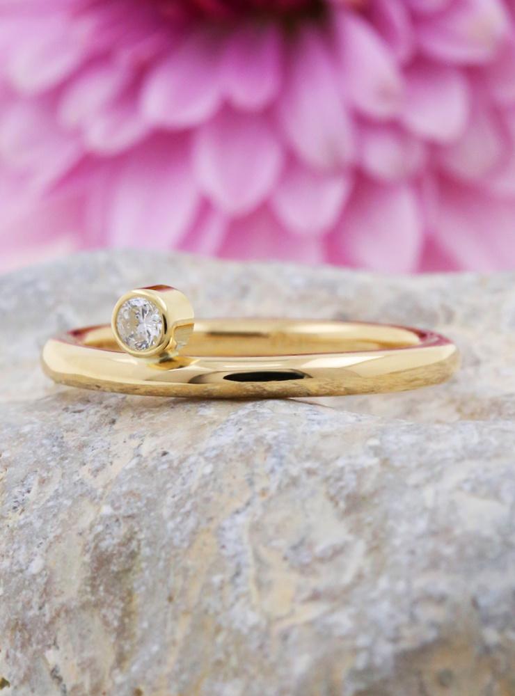 Ringlein 2: Schmaler Verlobungsring aus 750er Gold mit seitlichem Diamant
