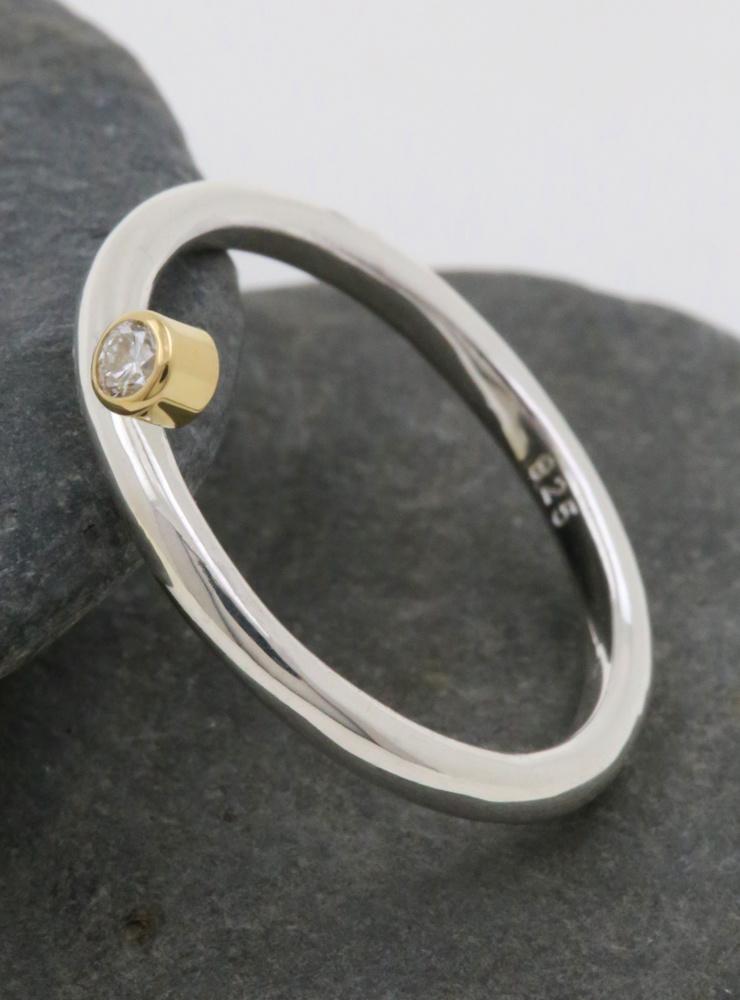 Ringlein 2: Schmaler Verlobungsring aus 925er Silber, 750er Gold mit seitlichem Diamant