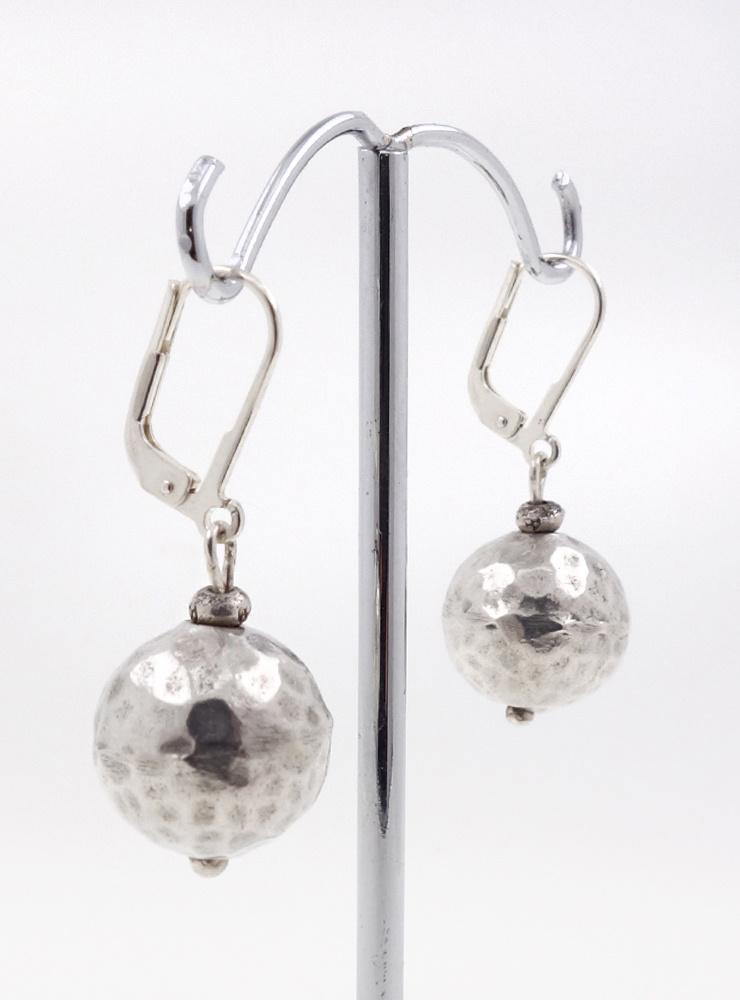 Kugelohrringe aus gehämmertem Silber