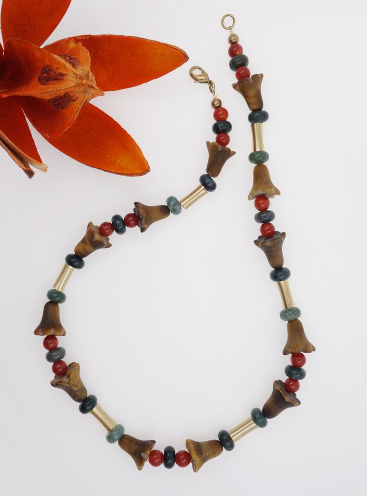 Halskette aus Tigerauge, Jaspis, Carneol und Messing