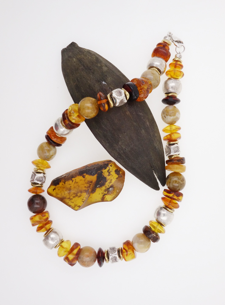 Halskette aus Bernstein, Achat, Messing und handgemachten Silberperlen
