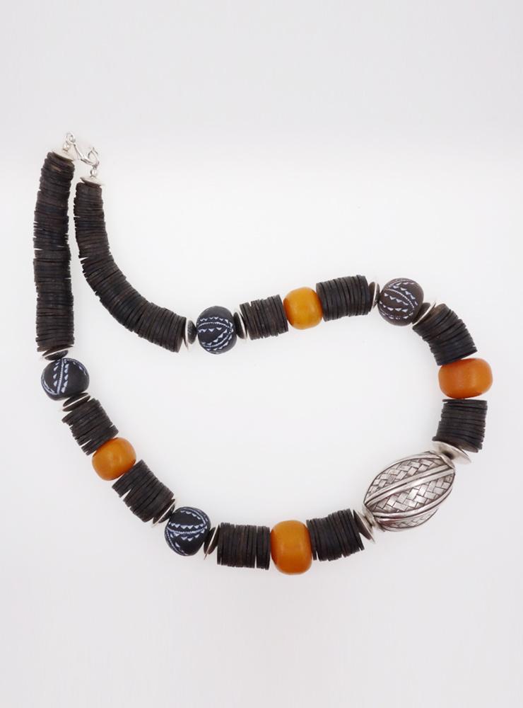 Halskette aus Bakelit, Keramik, Kokosnussschale und handgemachten Silberelementen