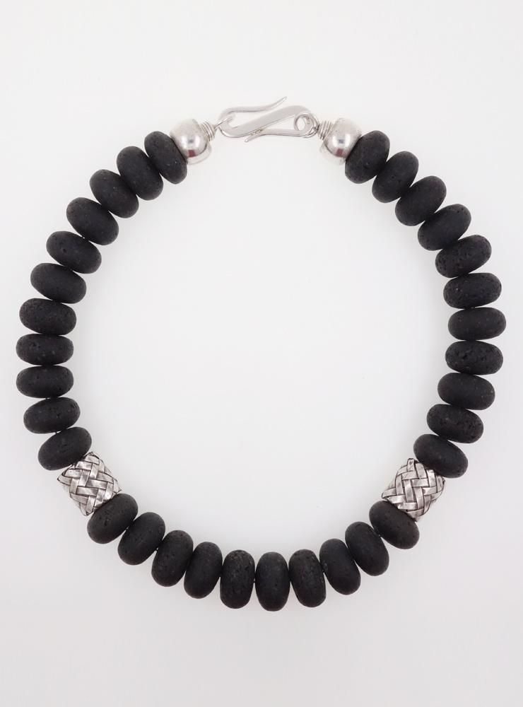 Halskette aus Lavastein und handgemachten Silberelementen