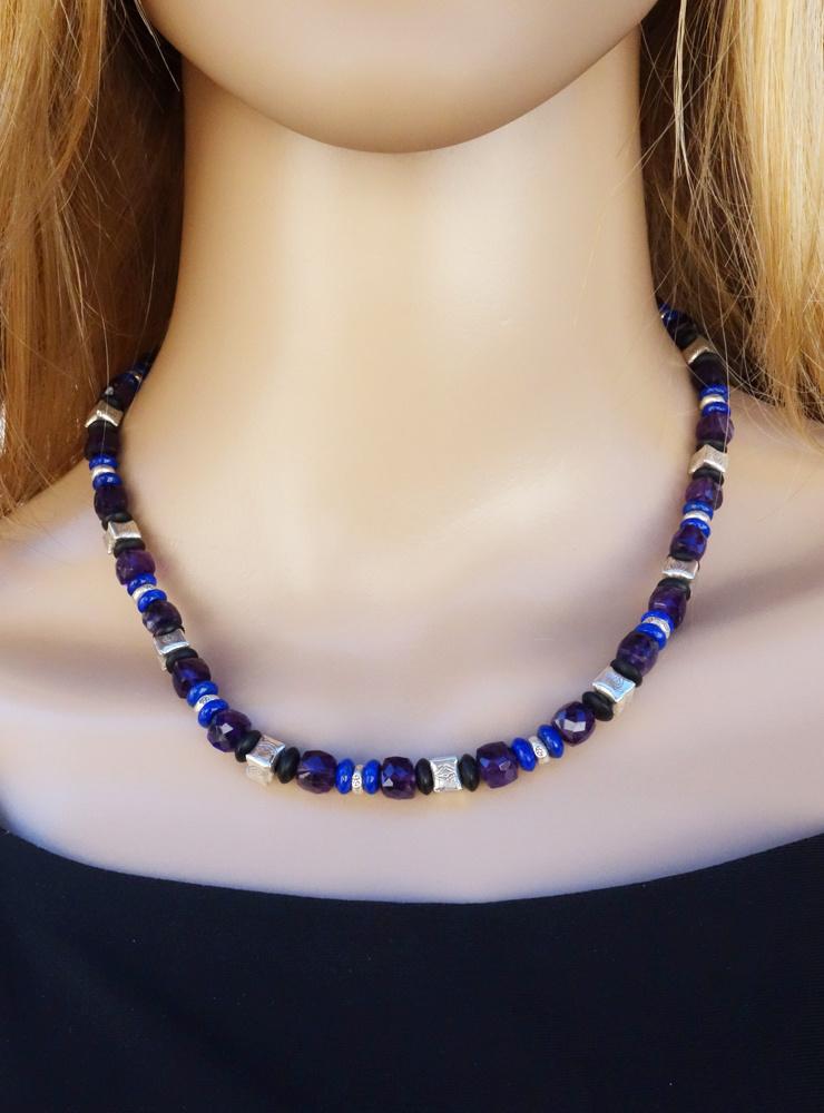 Halskette aus Amethyst, Lapislazuli, schwarzem Onyx und Silber