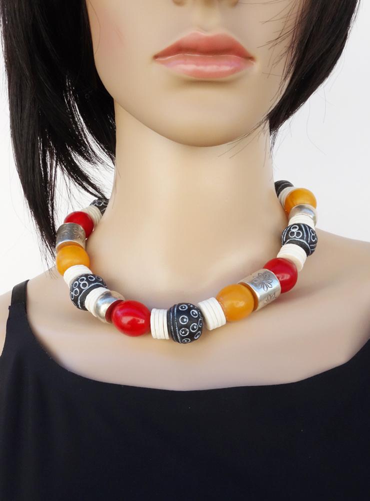 Halskette aus Bakelit, Keramik, Straußeneierschale, antikem Glas und handgemachten Silberelementen