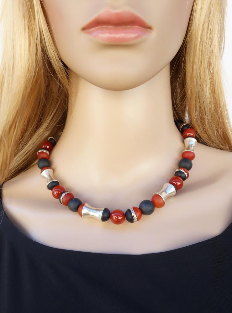 Halskette aus Carneol, schwarzem Onyx und handgemachten Silberelementen