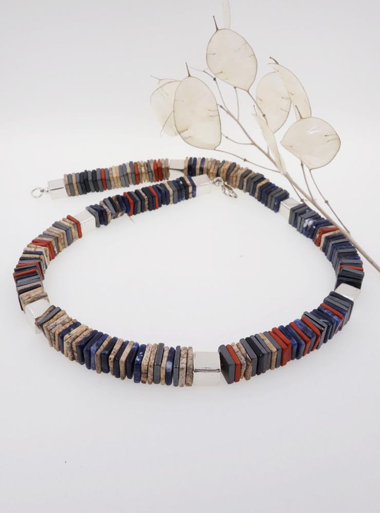 Halskette  aus Sodalith, Hämatit, Onyx, Jaspis und Silberwürfeln
