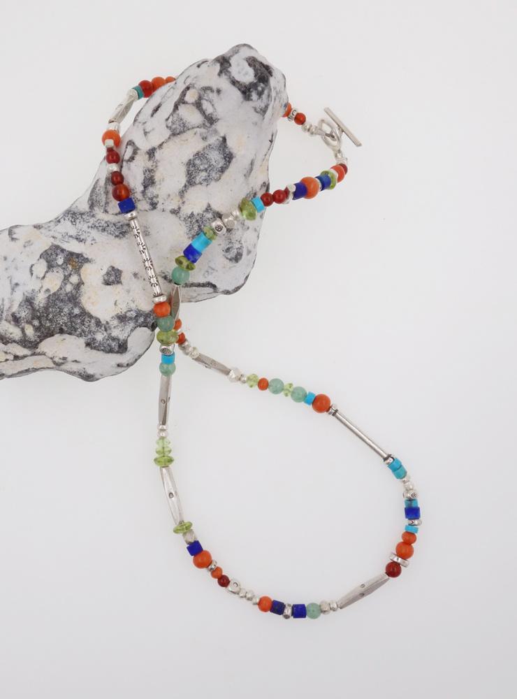 Halskette aus handgemachten Silberperlen und Farbedelsteinen