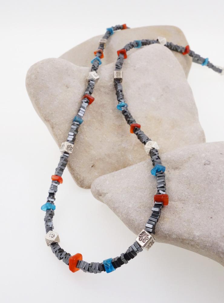Zierliche Halskette aus Hämatit, Apatit, Carneol und Silber