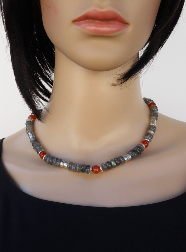 Halskette aus Labradorit, Carneol und handgemachten Silberperlen