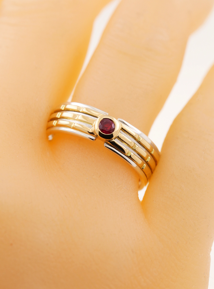 Empire: Bicolor Ring aus 750er Gelbgold, 925er Silber und Rubin