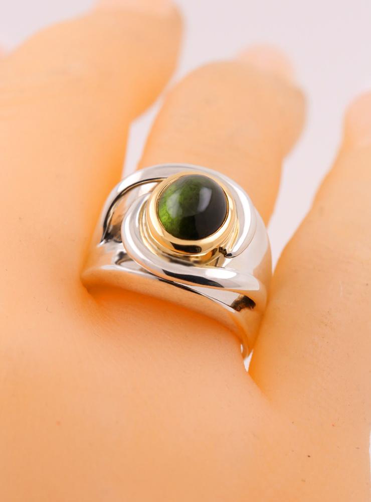 """""""Seid umschlungen"""": Bicolor Ring aus 925er Silber, 750er Gelbgold und grünem Turmalin Cabochon"""
