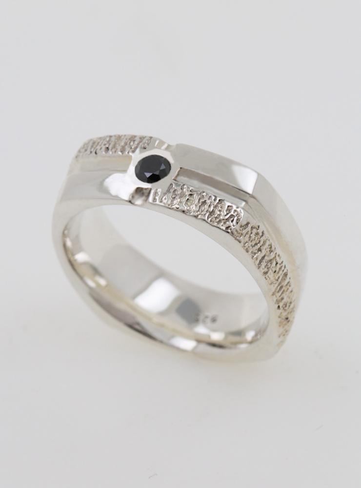 Square Dance: Ring aus 925er Silber mit schwarzem Diamanten