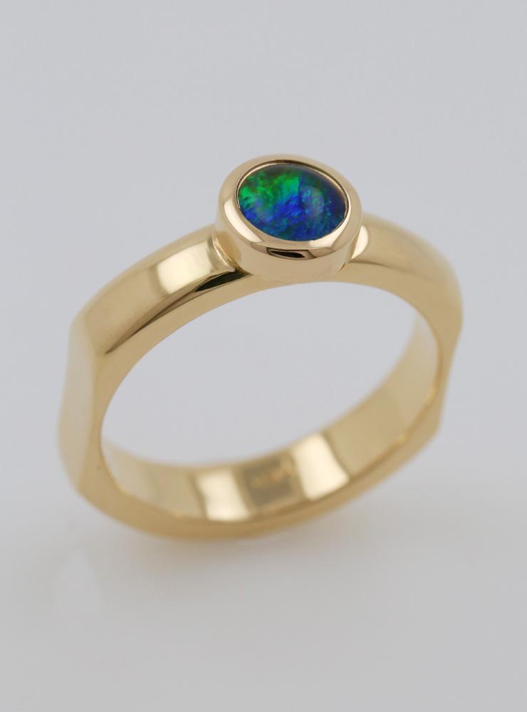 Modern Times: Handgefertigter Ring aus 750er Gelbgold und Opaltriplette