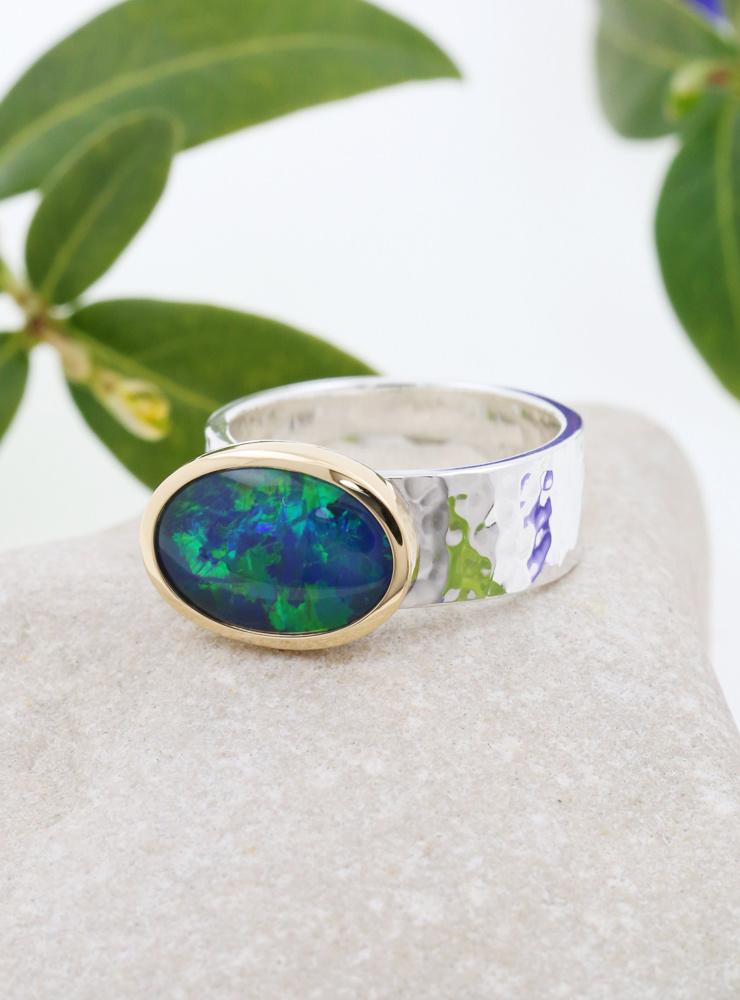 New Creations: Handgeschmiedeter Ring aus 925er Silber, 750er Gelbgold und Opaltriplette