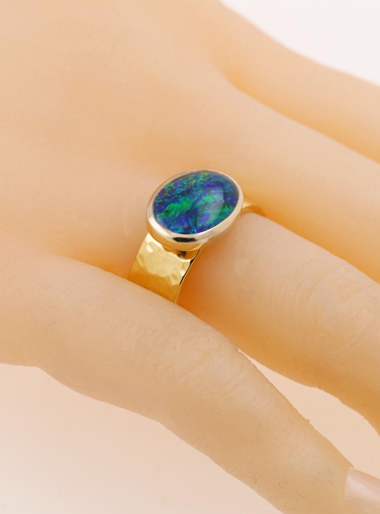 New Creations: Handgeschmiedeter Ring aus 750er Gelbgold und Opaltriplette