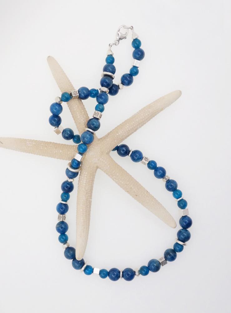 Halskette aus Apatitkugeln und handgemachten Silberelementen