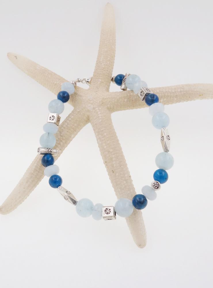Armband aus Aquamarin, Apatit und handgemachten Silberelementen