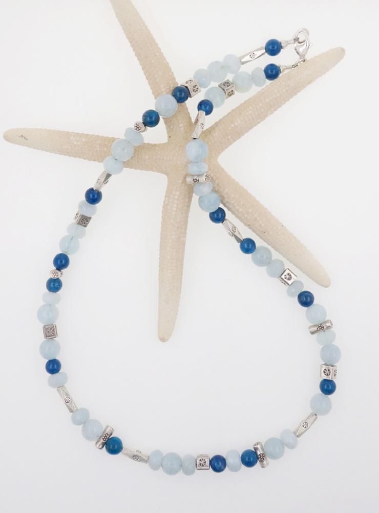 Halskette aus Aquamarin, Apatit und handgemachten Silberelementen