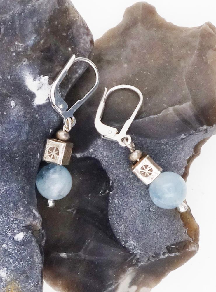 Ohrringe aus Aquamarinkugeln und Silberwürfeln
