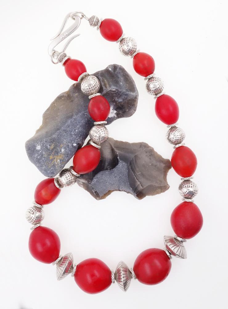 Halskette aus antiken Glasperlen und handgemachten Silberelementen