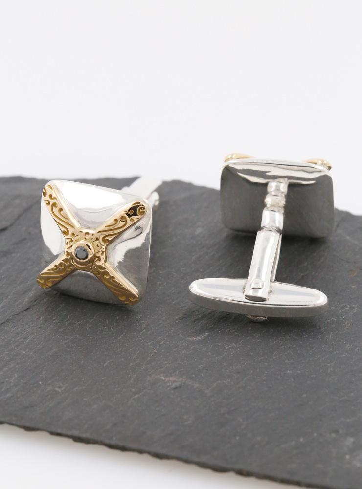 Renaissance: Manschettenknöpfe aus 925er Silber, 750er Gelbgold und schwarzem Diamant