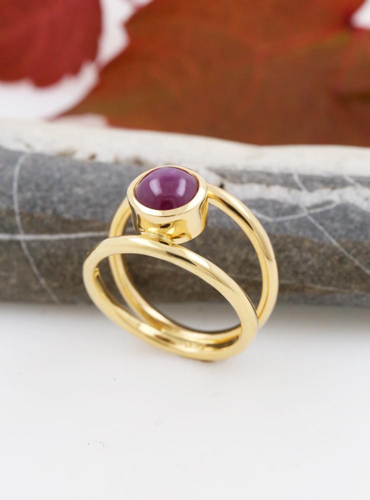 Elegance: Ring aus 750er Gelbgold und Sternrubin 4,4 ct.