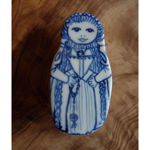 Muñeca de traje broche de cerámica