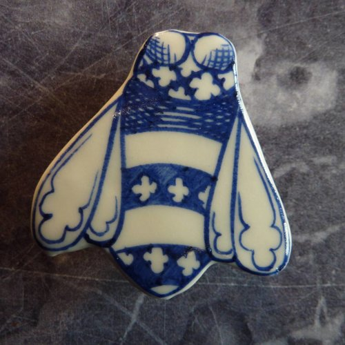 Pretender To The Throne Bee ceramic brooch 026