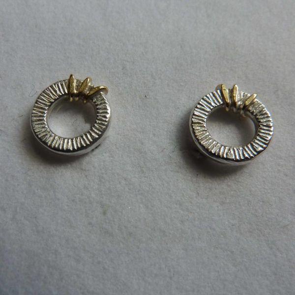 Runde Ohrstecker aus oxidiertem Silber und 18 Karat Gold