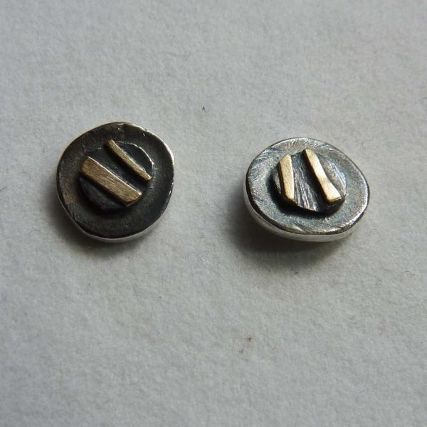 Runde Ohrstecker aus oxidiertem Silber und 14 Karat Gold 4