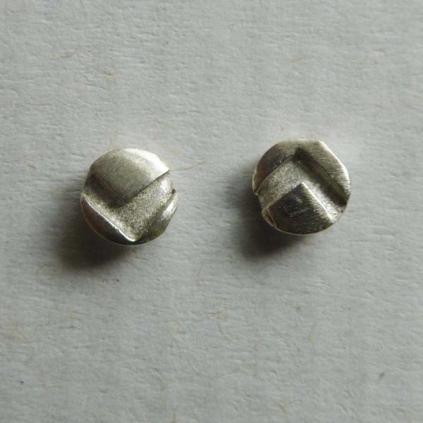Pernos pequeños redondos de plata 1