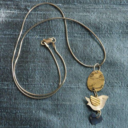 Jill Stewart Pájaro de plata y latón con disco y collar de corazón titaniam