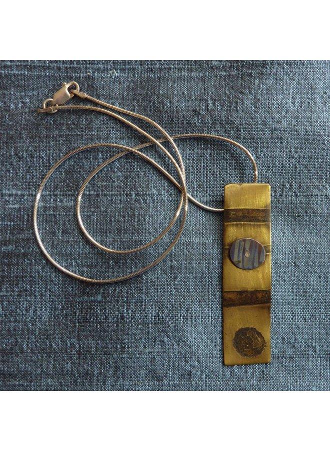 Rechteckige Halskette aus Messing und Titan