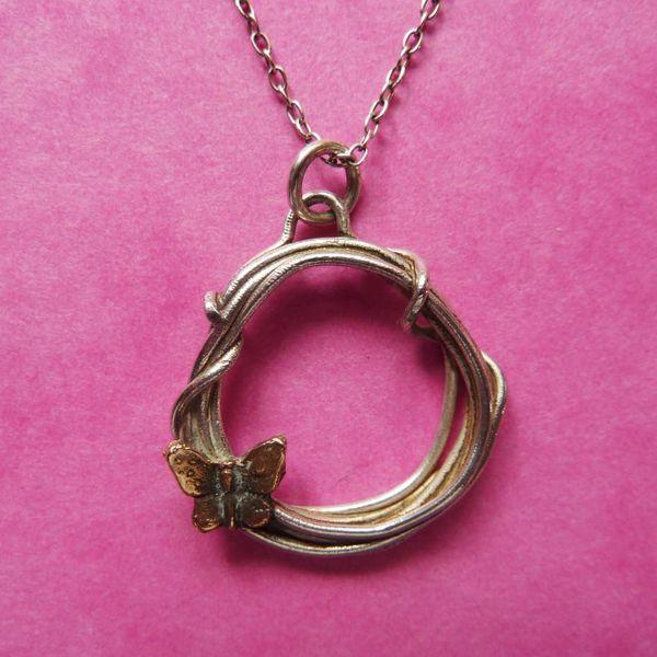 Mariposa en círculo collar de plata y bronce