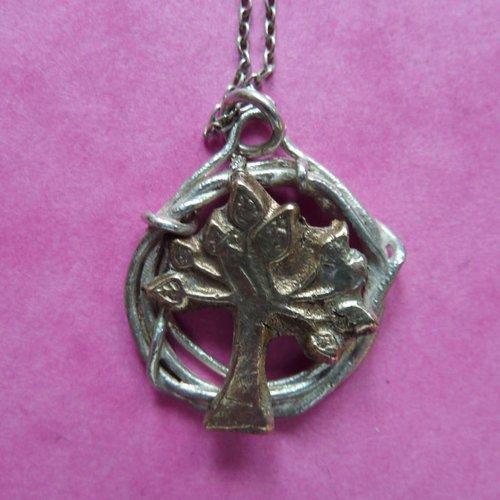 Xuella Arnold Árbol en círculo collar de plata y bronce