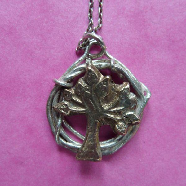 Árbol en círculo collar de plata y bronce