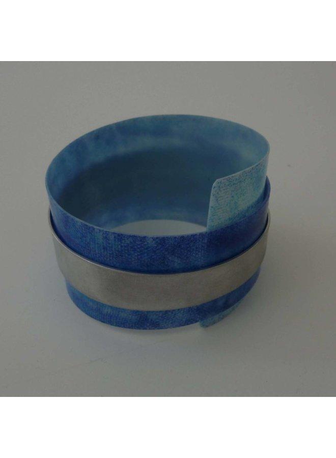 Armreif aus recyceltem Kunststoff und Aluminium