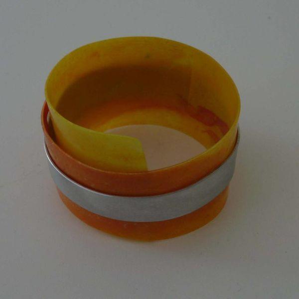 Bangle adjustable in recylced plastic and aluminium