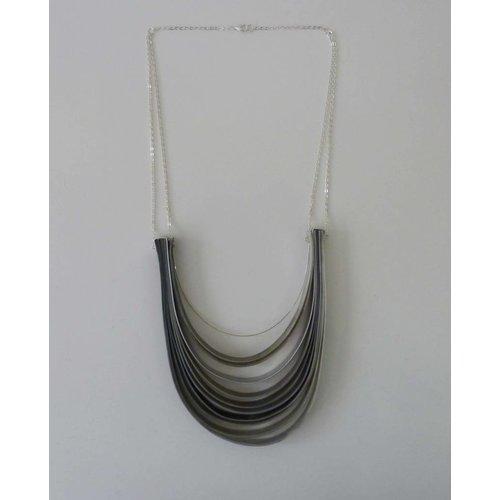 Anna Roebuck Schicht Halskette recyceltem Kunststoff und Aluminium