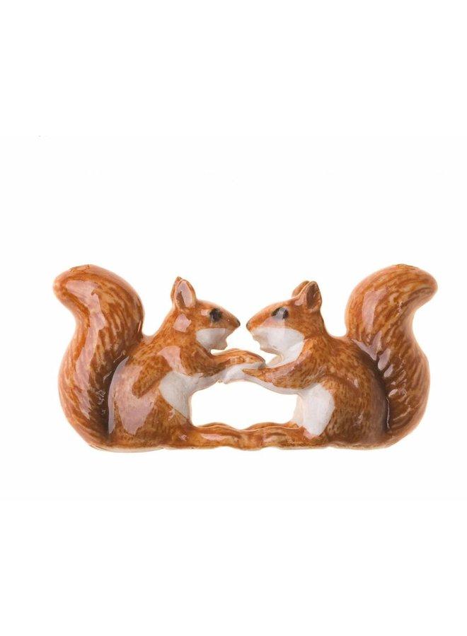 Küssende Eichhörnchen bezaubern handbemaltes Porzellan