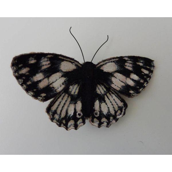 Broche bordado de mariposa británica blanco marmoleado