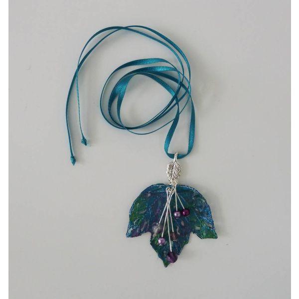 Blatt und Beeren bestickte Halskette