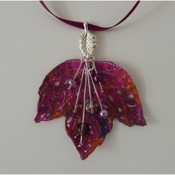Collar bordado de hojas y bayas