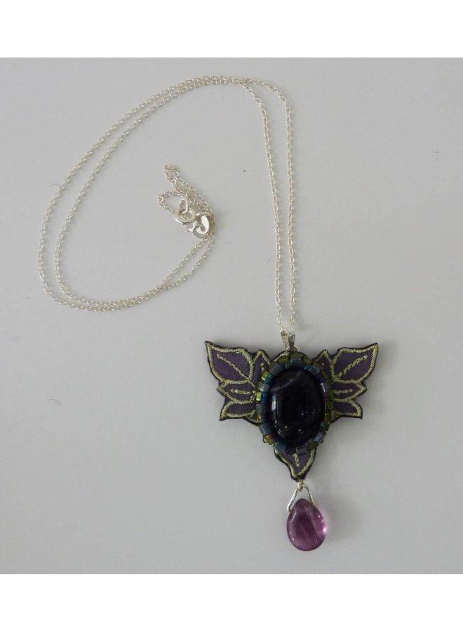 Nouveau bestickt Halskette